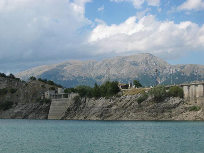 la diga del lago della montagna spaccata